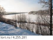 Купить «Зимний утренний пейзаж с рекой и лесом покрытым инеем», эксклюзивное фото № 4255281, снято 26 января 2013 г. (c) Игорь Низов / Фотобанк Лори