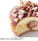 Купить «Разрезанный пончик с кленовом сиропом», фото № 4256817, снято 17 октября 2018 г. (c) Food And Drink Photos / Фотобанк Лори