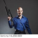 Купить «Портрет красивого молодого человека с винтовкой», фото № 4258069, снято 12 ноября 2011 г. (c) Podvysotskiy Roman / Фотобанк Лори