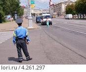 Купить «Полицейский следит за ходом соревнований в Минске», фото № 4261297, снято 9 июля 2011 г. (c) Павел Кричевцов / Фотобанк Лори