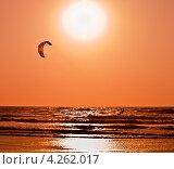 Купить «Катание на кайте в океане на фоне заката», фото № 4262017, снято 26 января 2012 г. (c) Victoria Demidova / Фотобанк Лори