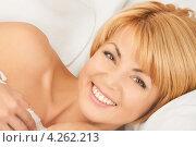 Купить «Счастливая женщина лежит в кровати под пледом», фото № 4262213, снято 26 сентября 2010 г. (c) Syda Productions / Фотобанк Лори