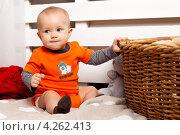Ребенок с корзинкой (2013 год). Редакционное фото, фотограф Котова Мария / Фотобанк Лори