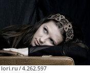 Девушка мечтает, положив руки на желтый чемодан. Стоковое фото, фотограф Syda Productions / Фотобанк Лори
