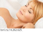 Купить «Молодая женщина спит в кровати», фото № 4262625, снято 26 сентября 2010 г. (c) Syda Productions / Фотобанк Лори