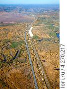 Купить «Железная дорога и автомобильная дорога. Вид сверху», фото № 4270217, снято 15 сентября 2011 г. (c) Владимир Мельников / Фотобанк Лори