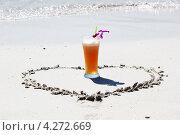 Бокал напитка на пляже. Стоковое фото, фотограф Вера Мезенкова / Фотобанк Лори