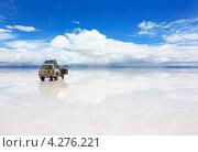 Джип на отражающей поверхности соляного озера в Боливии (2013 год). Стоковое фото, фотограф Dmitry Burlakov / Фотобанк Лори