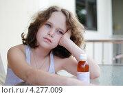 Девочка должна выпить лекарство. Стоковое фото, фотограф Olga Taranik / Фотобанк Лори
