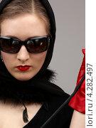 Купить «Девушка в платке, солнечных очках и красных перчатках с хлыстом в руке», фото № 4282497, снято 1 марта 2008 г. (c) Syda Productions / Фотобанк Лори