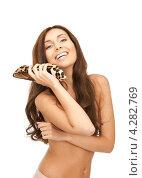 Купить «Счастливая брюнетка с длинными волосами прижимает к себе туфли на каблуке леопардовой расцветки», фото № 4282769, снято 6 ноября 2010 г. (c) Syda Productions / Фотобанк Лори