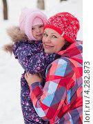 Портрет мамы и дочки зимой (2013 год). Редакционное фото, фотограф Оксана Лычева / Фотобанк Лори