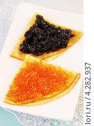 Купить «Блины с красной и черной икрой», фото № 4282937, снято 22 января 2013 г. (c) Юлия Маливанчук / Фотобанк Лори