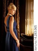 Девушка в синем платье с открытой спиной напротив окна. Стоковое фото, фотограф Наталья Фролова / Фотобанк Лори