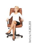 Купить «Привлекательная деловая женщина сидит в кожаном кресле на белом фоне», фото № 4283293, снято 12 февраля 2011 г. (c) Syda Productions / Фотобанк Лори
