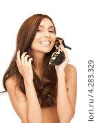 Купить «Счастливая брюнетка с длинными волосами прижимает к себе туфли на каблуке леопардовой расцветки», фото № 4283329, снято 6 ноября 2010 г. (c) Syda Productions / Фотобанк Лори