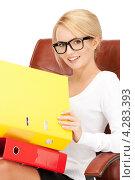 Купить «Привлекательная деловая женщина сидит в кожаном кресле с яркими папками документов», фото № 4283393, снято 12 февраля 2011 г. (c) Syda Productions / Фотобанк Лори