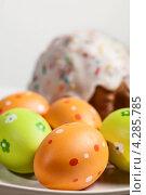 Разноцветные пасхальные яйца и кулич. Стоковое фото, фотограф Максим Савин / Фотобанк Лори
