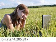 Купить «Юная девушка с ноутбуком в поле. Интернет», фото № 4285817, снято 17 июня 2011 г. (c) Павел Кричевцов / Фотобанк Лори