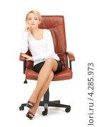 Купить «Деловая молодая женщина сидит в коричневом кожаном кресле», фото № 4285973, снято 12 февраля 2011 г. (c) Syda Productions / Фотобанк Лори