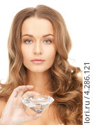 Купить «Очаровательная молодая женщина с густыми волосами и большим алмазом в руке», фото № 4286121, снято 10 октября 2010 г. (c) Syda Productions / Фотобанк Лори