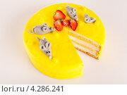 Купить «Лимонный чизкейк с марципанами», фото № 4286241, снято 25 сентября 2012 г. (c) CandyBox Images / Фотобанк Лори