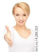 Купить «Привлекательная девушка протягивает руку для приветствия», фото № 4286321, снято 12 февраля 2011 г. (c) Syda Productions / Фотобанк Лори