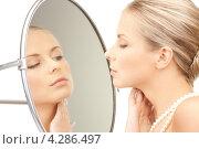 Купить «Молодая очаровательная женщина с жемчужными бусами перед зеркалом», фото № 4286497, снято 30 октября 2010 г. (c) Syda Productions / Фотобанк Лори