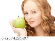 Купить «Очаровательная рыжая девушка с зеленым яблоком в руке», фото № 4286697, снято 27 ноября 2010 г. (c) Syda Productions / Фотобанк Лори