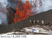 Купить «Фонтан лавы, вырывающейся из кратера. Извержение вулкана Плоский Толбачик (Тулуач) на Камчатке», фото № 4289149, снято 2 февраля 2013 г. (c) А. А. Пирагис / Фотобанк Лори