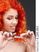 Купить «Молодая женщина с яркими рыжими волосами и с ножницами в руке», фото № 4289881, снято 3 мая 2008 г. (c) Syda Productions / Фотобанк Лори