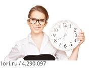 Купить «Элегантная молодая женщина с круглыми настенными часами в руках», фото № 4290097, снято 30 мая 2010 г. (c) Syda Productions / Фотобанк Лори