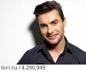 Купить «Портрет улыбающегося мужчины в черной рубашке», фото № 4290949, снято 31 января 2013 г. (c) Валуа Виталий / Фотобанк Лори
