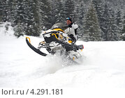 Купить «Мужчина едет зимой на снегоходе», фото № 4291181, снято 9 февраля 2013 г. (c) Эдуард Кислинский / Фотобанк Лори