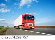 Купить «Красный грузовик-трейлер мчится по трассе», фото № 4292757, снято 24 апреля 2012 г. (c) Дмитрий Калиновский / Фотобанк Лори