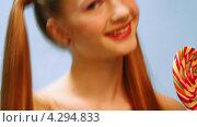Купить «Улыбающаяся девушка с леденцом», видеоролик № 4294833, снято 25 января 2013 г. (c) Коваль Василий / Фотобанк Лори