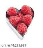 Малина в формочке в виде сердечка. Стоковое фото, фотограф Olha Ukhal / Фотобанк Лори