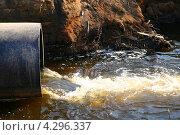 Купить «Сточные воды льются из трубы», фото № 4296337, снято 11 мая 2008 г. (c) Иван Михайлов / Фотобанк Лори
