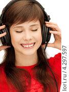Купить «Юная девушка улыбается и слушает музыку на наушниках», фото № 4297597, снято 20 марта 2011 г. (c) Syda Productions / Фотобанк Лори