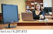 Купить «Женщина в офисе, непрерывно отвечающая на звонки по телефону», видеоролик № 4297813, снято 17 февраля 2013 г. (c) Кекяляйнен Андрей / Фотобанк Лори