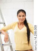 Купить «Привлекательная девушка с валиком в руках во время ремонта», фото № 4298009, снято 5 апреля 2020 г. (c) Syda Productions / Фотобанк Лори
