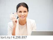 Купить «Счастливая женщина с банкнотами евро в руках в офисе», фото № 4298897, снято 18 июня 2011 г. (c) Syda Productions / Фотобанк Лори
