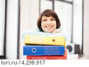 Купить «Молодая женщина работает с документами в папках в офисе», фото № 4298917, снято 24 мая 2018 г. (c) Syda Productions / Фотобанк Лори