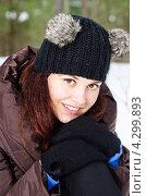 Купить «Портрет очаровательный молодой женщины на открытом воздухе зимой», фото № 4299893, снято 17 февраля 2013 г. (c) Игорь Соколов / Фотобанк Лори