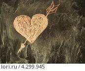 Купить «Сердечко нарисовано на доске мелом», фото № 4299945, снято 22 марта 2019 г. (c) Алексей Кокоулин / Фотобанк Лори