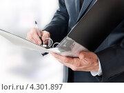 Купить «Бизнесмен держит папку с документами», фото № 4301897, снято 20 февраля 2011 г. (c) katalinks / Фотобанк Лори