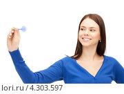 Купить «Привлекательная молодая брюнетка с дротиком в руке», фото № 4303597, снято 2 апреля 2011 г. (c) Syda Productions / Фотобанк Лори