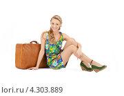 Привлекательная молодая женщина с коричневым чемоданом на белом фоне. Стоковое фото, фотограф Syda Productions / Фотобанк Лори