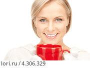 Купить «Замерзшая девушка греется о красную чашку», фото № 4306329, снято 30 октября 2010 г. (c) Syda Productions / Фотобанк Лори