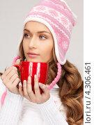 Купить «Замерзшая девушка греется о красную чашку», фото № 4306461, снято 10 октября 2010 г. (c) Syda Productions / Фотобанк Лори